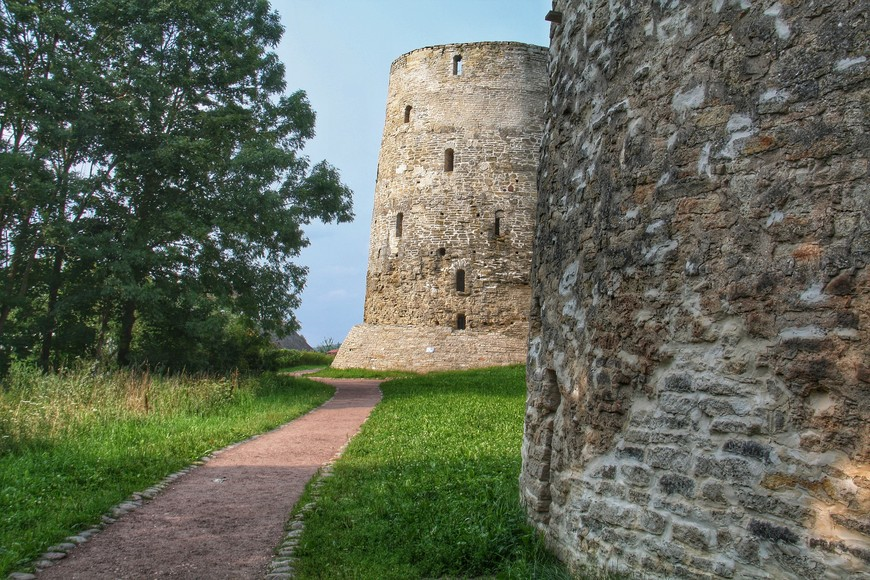 Вокруг крепости можно пройти вокруг,  но не факт , что это будет интересно. Массивны стены давят, фактура башен выгодно смотрится из далека