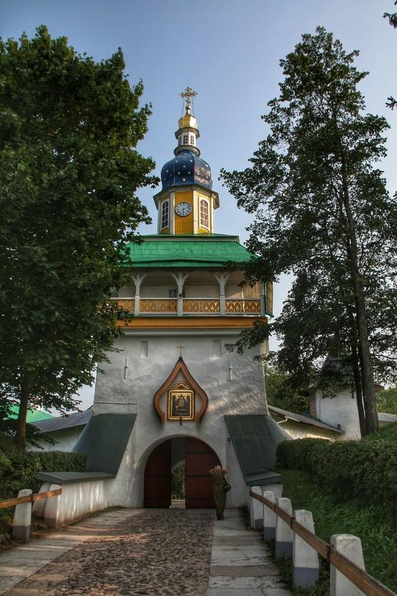 Вход в монастырь. Святые врата - главные в обители. Над ними находится Петровская башня. В 1913 году в Петровской башне установлены новые медные башенные часы.