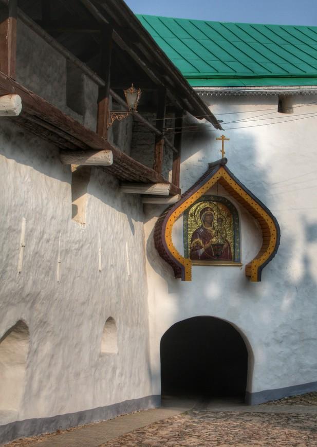Вход в  Никольский храм. А вернее проход под храмом с большим залом в котором установлены иконы, там же можно поставить свечки и заказать молитвы. Немного смущает то, что этот зал, как бы на проходе