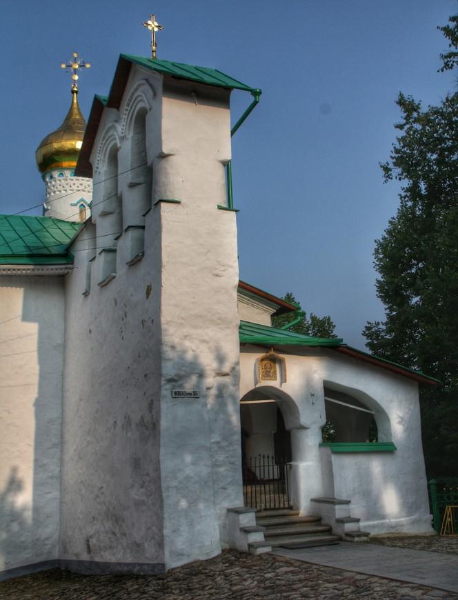 Церковь Николы Ратного. Храмы Псковской земли, похожи между собой, особенно если они одного времени постройки. И именно такие, с отдельной звонницей мне нравятся больше всего