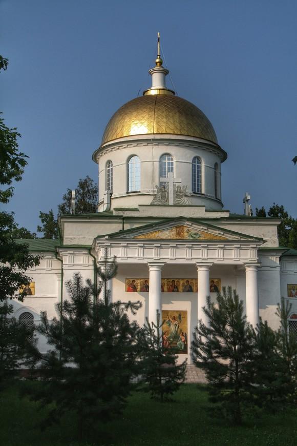Михайловский собор самое крупное и массивное здание монастыря. Когда в  храме идет служба, большое количество громкоговорителей разносит её по всей верхней территории монастыря, настраивая на торжественный лад и благолепное настроение