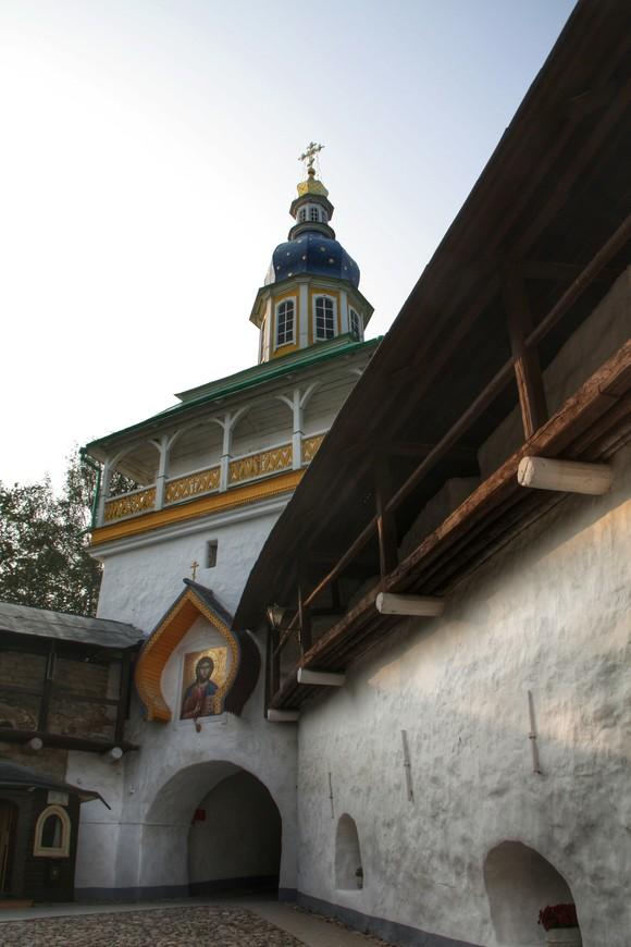 Святые врата - все посещающие монастырь попадают внутрь именно через них.