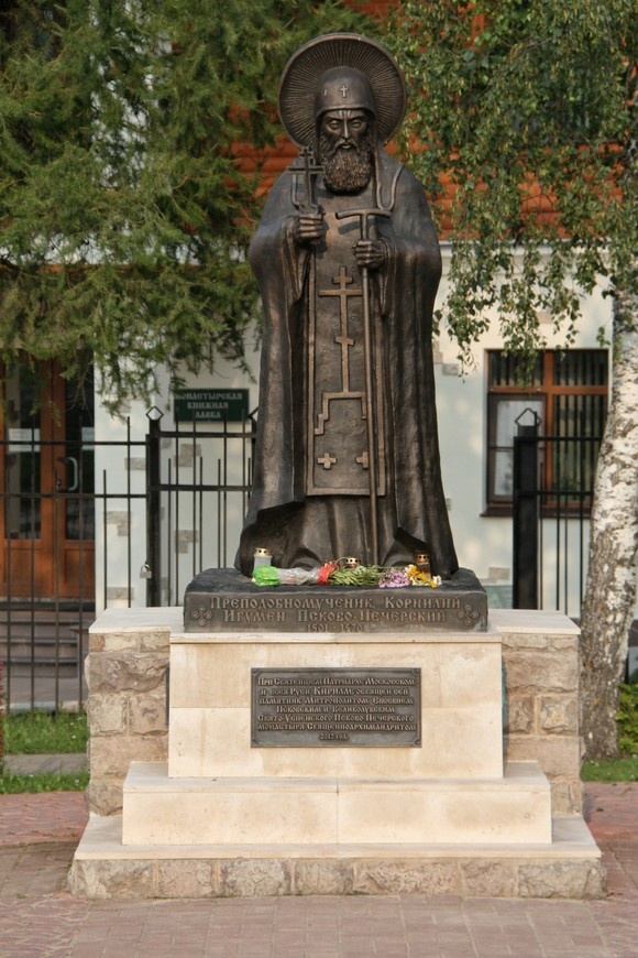 Памятник игумену Корнилию. Он находится вне территории монастыря, но сразу при входе слева.