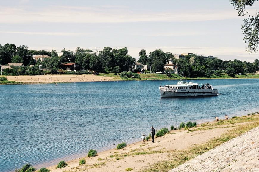 Мы были в Пскове в воскресенье, речные берега и пляжи были усеяны отдыхающими горожанами. Прогулочные кораблики полны пассажирами.