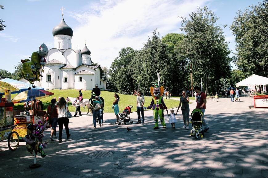 В городе разбиты замечательные парковые зоны. Поскольку было воскресенье, мы наблюдали множество горожан, детей, клоунов, лошадок и т.д и т.п. И повсюду видны прекрасные псковские храмы!