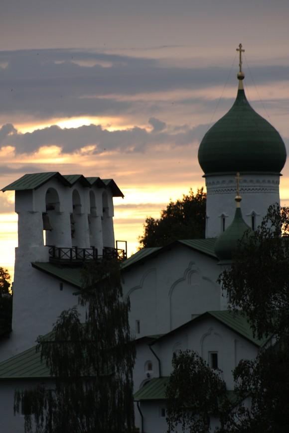 Закат еще больше подчеркнул величие псковских храмов