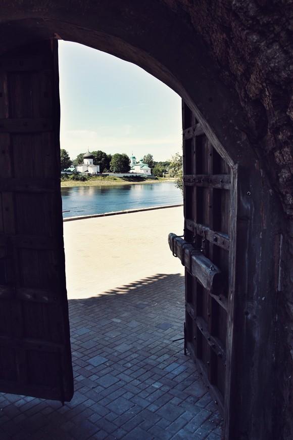 На другой стороне реки Великая  - Мирожский мужской монастырь