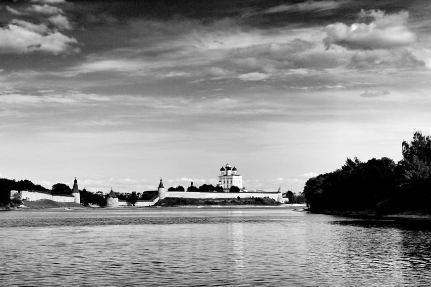 Вид на ансамбль древнего Кремля с воды - на мой взгляд один из лучших...