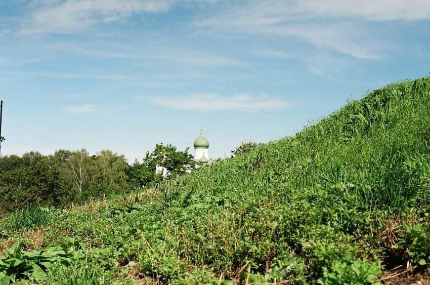 вот так буквально из-за любого холма выглядывают купола местных храмов!