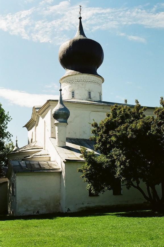 Храм Успения Божией Матери на берегу, противоположном к Кремлю.