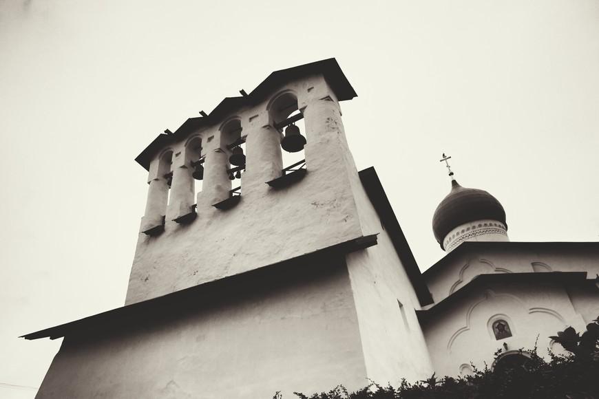 типичный Псковский храм с шикарной звонницей.