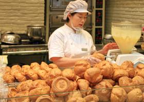 Для тех, кто поверил, Пусан приготовил огромные, невообразимого размера эклеры, вмещающие по килограмму заварного крема. Тоненькие кореянки ели лакомство с отменным аппетитом.