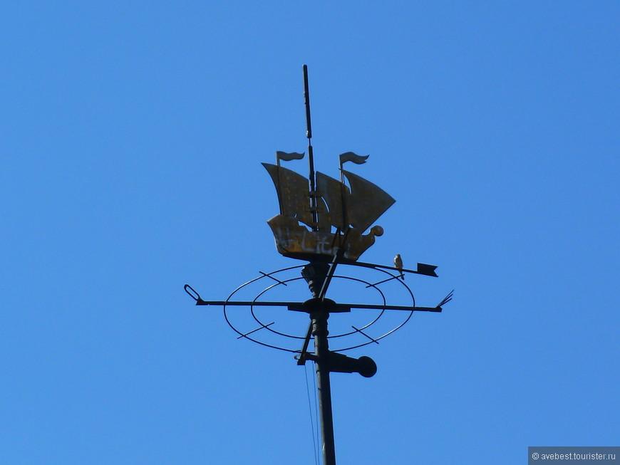 Флюгер на здании Речного порта.