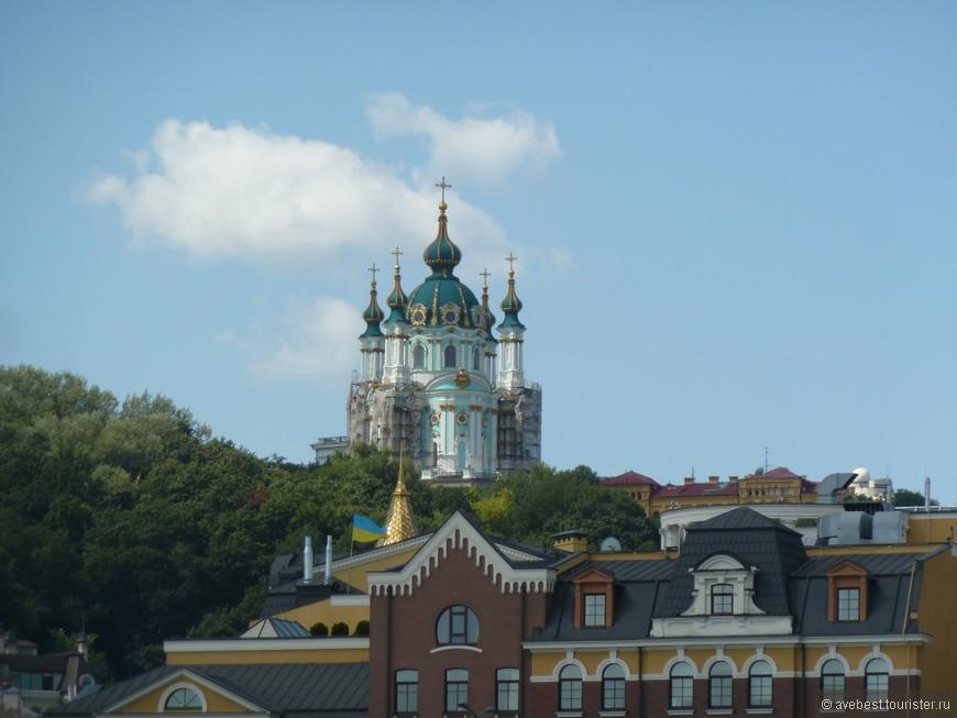 На горе возвышается Андреевский собор.