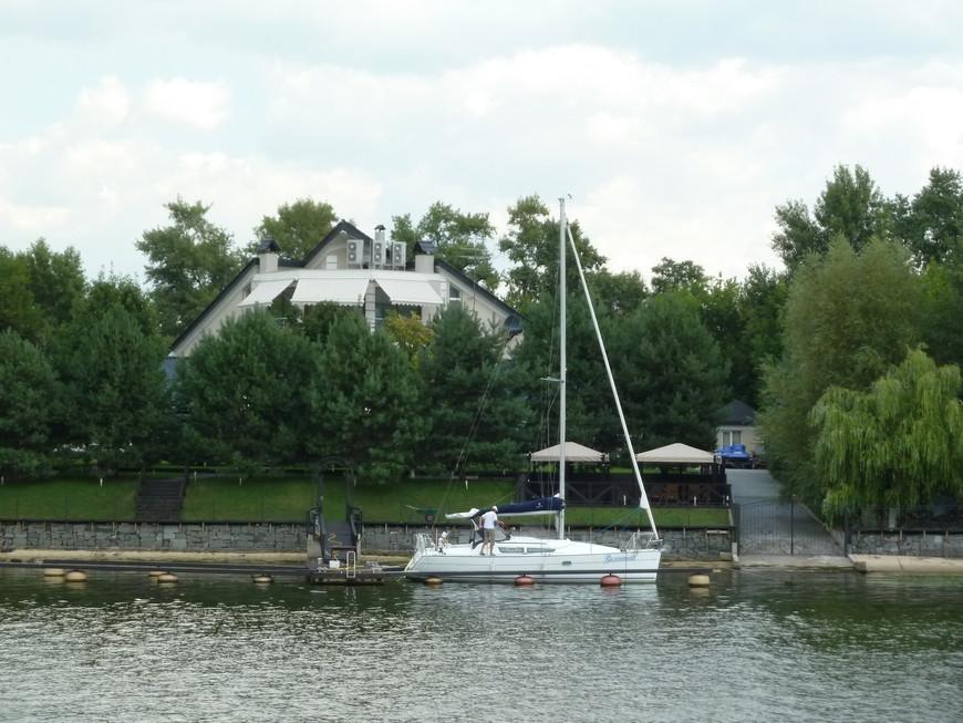 Дом с яхтой на Днепре.