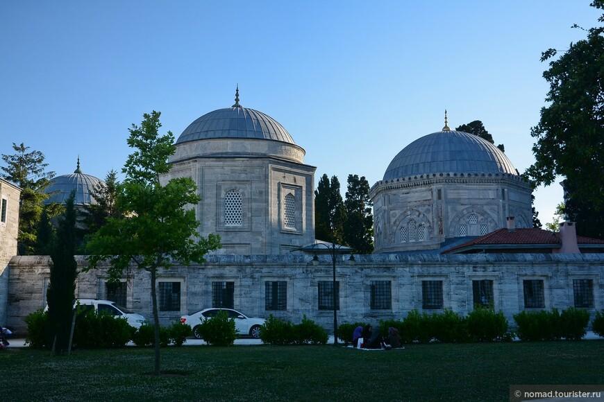 Мечеть Сулеймание, мавзолей султана Сулеймана (справа) и Хюррем (слева)
