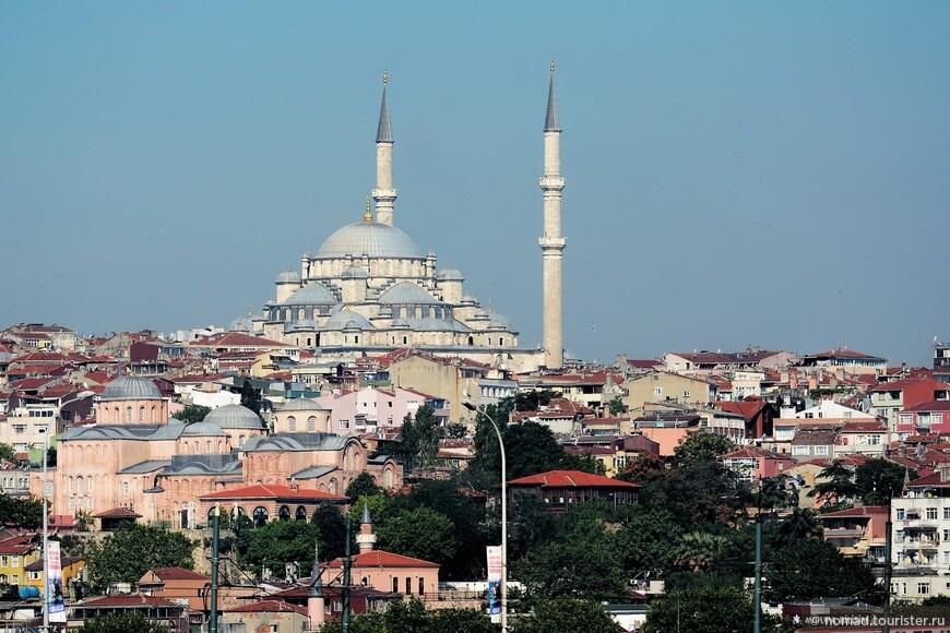 А так же на мечеть Фатих, расположенную куда как дальше. Чтобы сделать такую фотографию, лучше надеть телеобъектив...