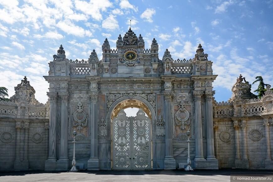 Одни из ворот дворца Долмабахче.