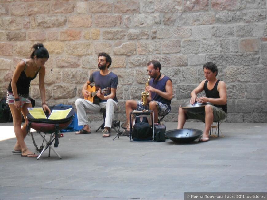 Музыканты в Готическом квартале в Барселоне.