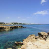 Протарас - это пляжи с камнями вулканической породы, очень острыми, но весьма фотогеничными ))
