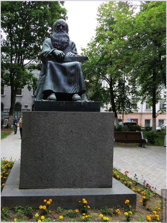"""Памятник рунопевцу. Это карельский сказитель, сродни русскому гусляру.     А через несколько минут мы оказались у очередной точки (конечно,  """"точка"""" звучит как-то не очень...) нашего экскурсионного маршрута."""