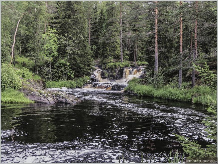 А самая главная цель посещения этого региона Карелии - Рускеальские водопады, не очень высокие (высота падения воды - 3-4 метра), но красивые, гармонично вписывающиеся в местный ландшафт. Или наоборот, растительность удачно разместилась на берегах реки.