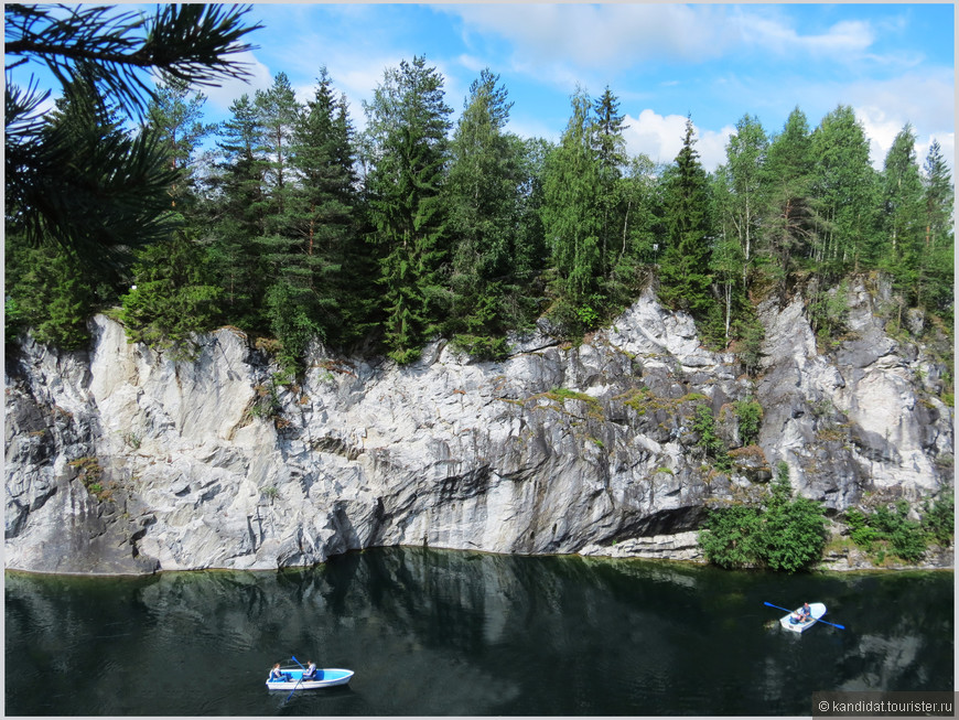 В карьере организована лодочная станция, есть возможность заходить на лодках в шахты и штольни.