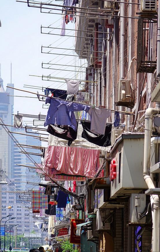 Это тоже примета Шанхая. Нравится - не нравится, но это реалии города и проще их принять, перестать замечать и любоваться чем-то более интересным и эстетичным. Не поверите, но я умудрялась получать удовольствие от созерцания сохнущего белья - бесплатный экскурс в историю нижнего белья гарантирован!