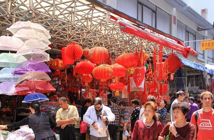 Фонарики и прочие красные штучки здесь повсюду. Вообще, в Шанхае красный цвет самый часто встречающийся. Но без него Китай смотрится как-то непривычно.