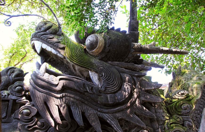 Здесь повсюду драконы. В храмах - позеленевшие от времени и влажного климата. В сувенирных лавках - яркие и лаковые. На картинах и гравюрах - все со своим характером. Но все драконы удивительно симпатичные и очень добрые..