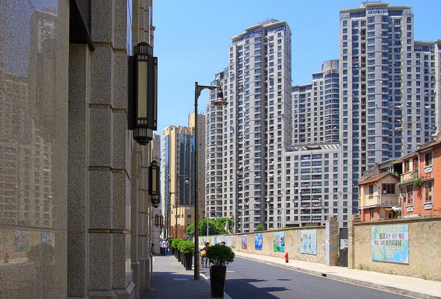 Самая обычная картина Шанхая - небоскребы, рядом притулился старый обшарпанный домишко, а еще можно дорисовать фантазией кучку откровенно нищих товарищей, я их в кадр брать не стала, а то мало ли...