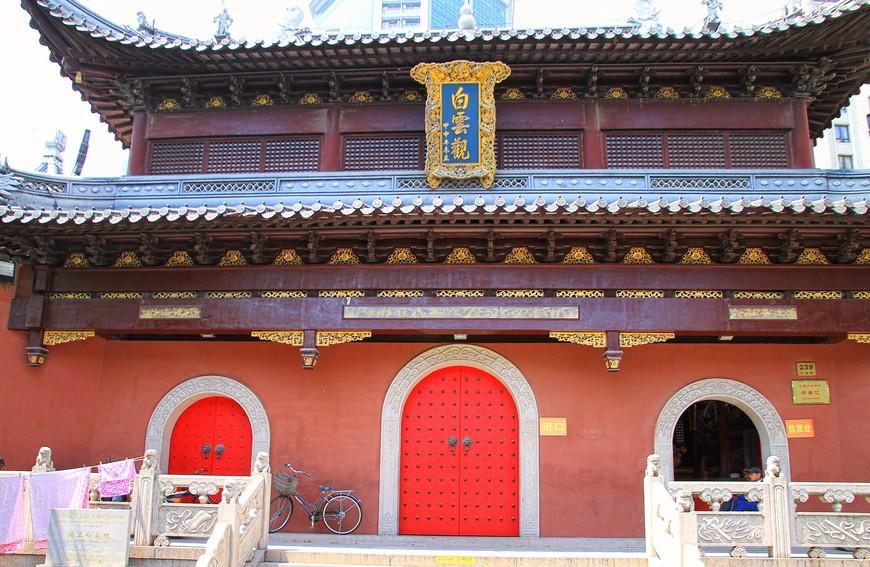 А вот вход в храмы стоит денег. И не факт, что заплатив, ты сможешь фотографировать.