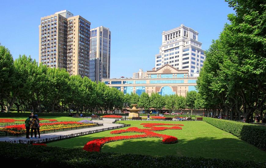 Совершенная красота шанхайских парков. Настоящее наслаждение гулять по дорожкам среди цветов, подглядывая, как китайцы занимаются своей мудреной физкультурой...