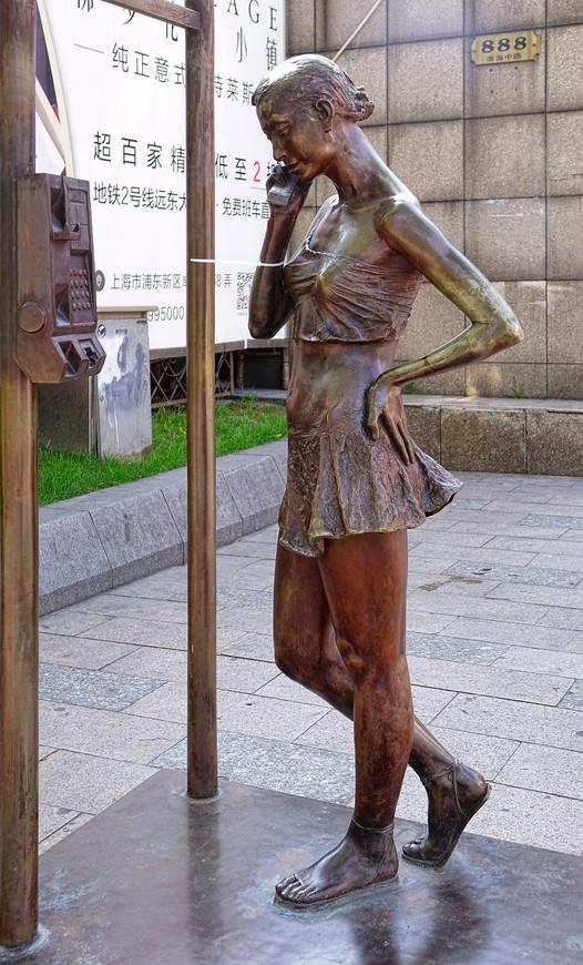 Городских скульптур много, как нигде. Ну и рядом полицейский, чтоб не отвинтили чего, или не написали, что в голову взбредет..