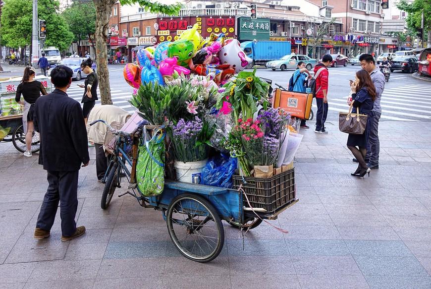 Тележки, на которых можно купить всякое-разное-нужное-полезное быстро вернут тебя в действительность. Очень уж их много в Шанхае...