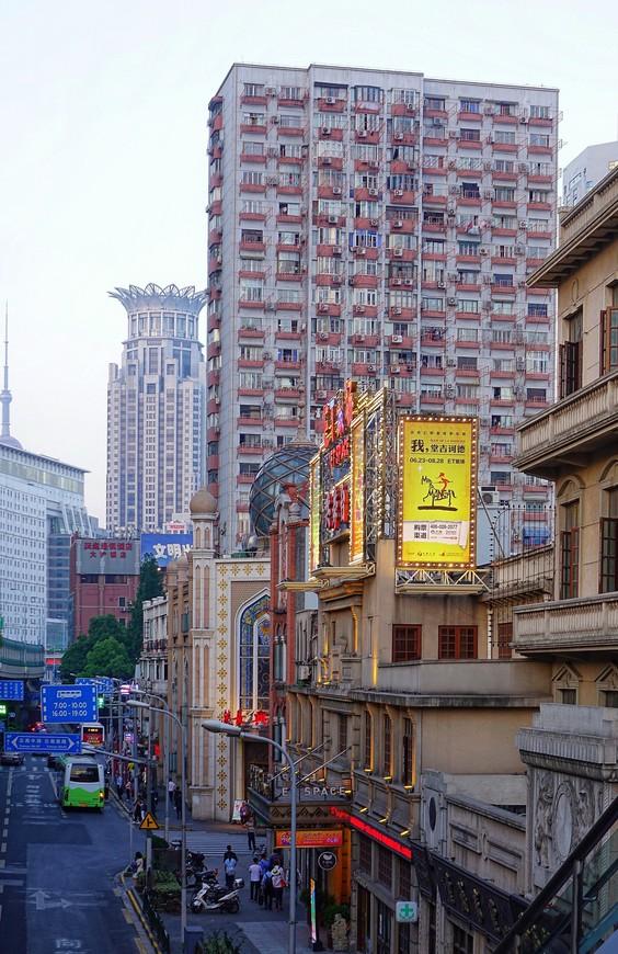 Вечерний Шанхай намного интереснее Шанхая днем. Появляется таинственность, поднимает голову романтика, зажигаются огни и... В общем, покой ногам только снится.