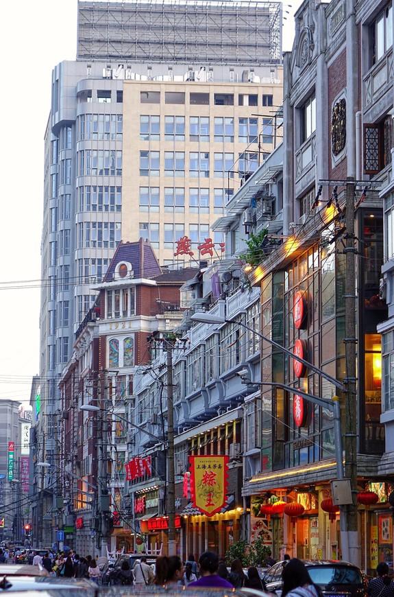 """Если вспомнить,что величают Шанхай """"Парижем Востока"""", то только здесь немножко повеяло чем-то парижско-французским. В какое-то мгновение душа уловила неуловимое что-то, зацепившее за самые тоненькие струны, и тренькнуло где-то глубоко во мне воспоминание о Париже. Правда, быстро развеяло все это очарование громким китайским криком о чем-то своем, тоже душевном..."""
