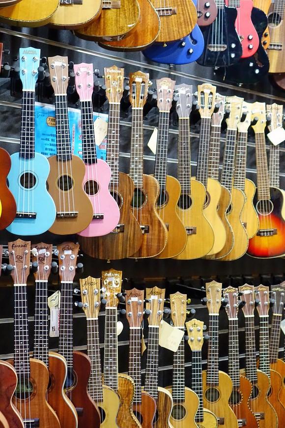Набрели вечером на квартал магазинчиков с музыкальными инструментами. Заходи, выбирай, пробуй инструмент на звук и решай, покупать или нет. Один магазин - один вид инструментов. У лавочки с роялями я онемела...
