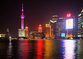 И все же, Шанхай удивительный город. Он не похож на идеальный и непогрешимый Сингапур, он не такой стремительный, как Гонконг. Но вся его мешанина из прошлого и будущего самым удивительным образом укладывается в изящнейший узор, создать который под силу только трудолюбивым китайцам, и который хочется изучать никуда не спеша, улетая и возвращаясь, зная, что впереди тебя ждет немало открытий в уже знаком городе, богатом на самые настоящие чудеса...