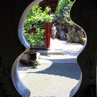 В Шанхае, чтобы попасть из прошлого в будущее достаточно шагнуть в одну из многочисленных дверей. Там, за таинственной дверью, ждет сказка. А уж добрая она будет или совсем другая, зависит только от вас.