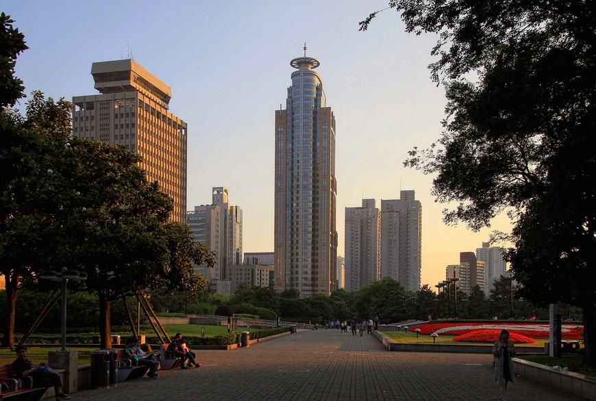 Современный Шанхай настолько современен, что заплутай среди небоскребов и не поверишь, что ты все еще в Шанхае, а не перенесся неведомой силой куда-нибудь в Нью-Йорк.