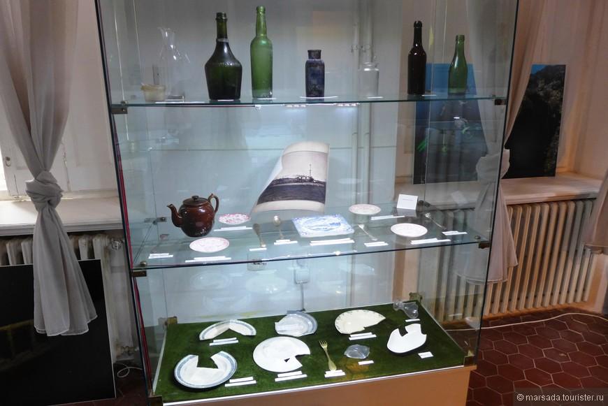Фарфоровая посуда и стеклянные бутылки экипажа корабля.