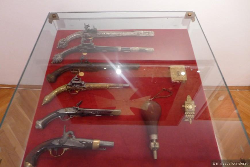 Пистолеты, пороховница и патронница, принадлежавшие Николе.