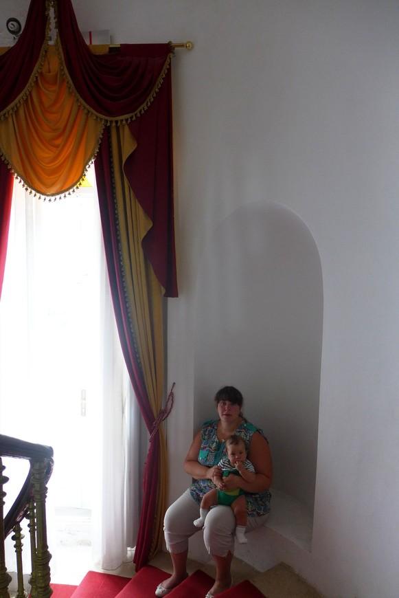 Гости в интерьере)