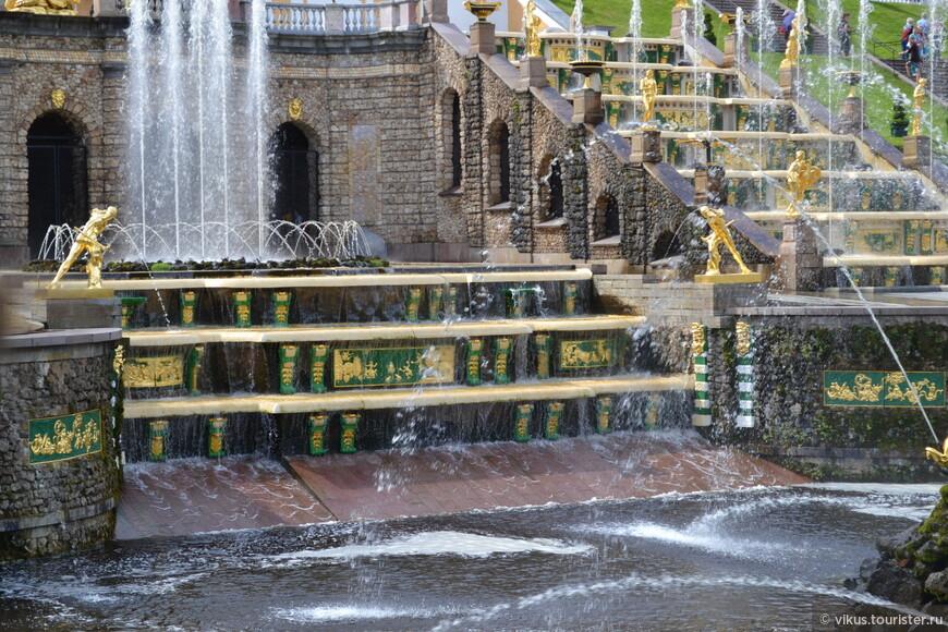 Украшение фонтана - золотое на зеленом, почему-то вызывает ассоциации с Китаем.