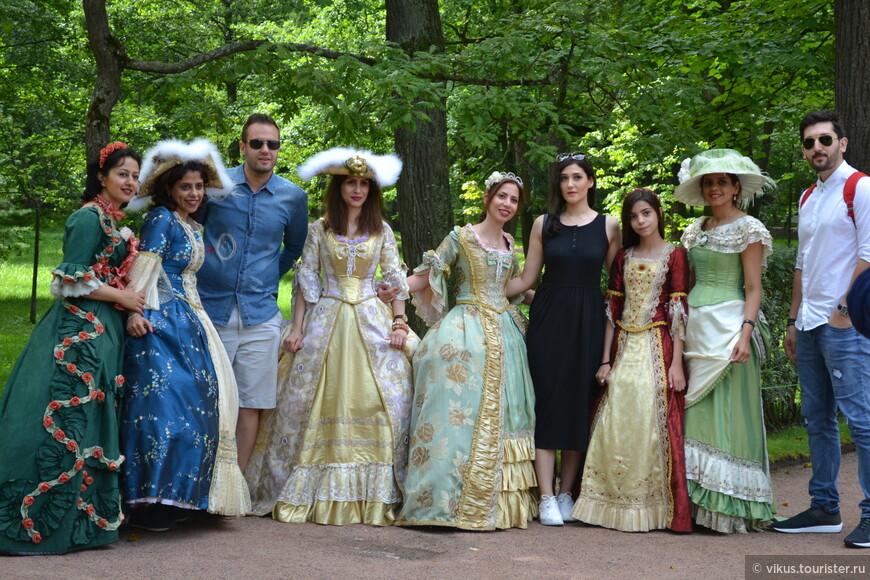 Вот эта группа гостей из какой-то жаркой страны с великим удовольствием нарядилась в платья с кринолинами и позирует своему фотографу. Не удержалась от снимка и я.