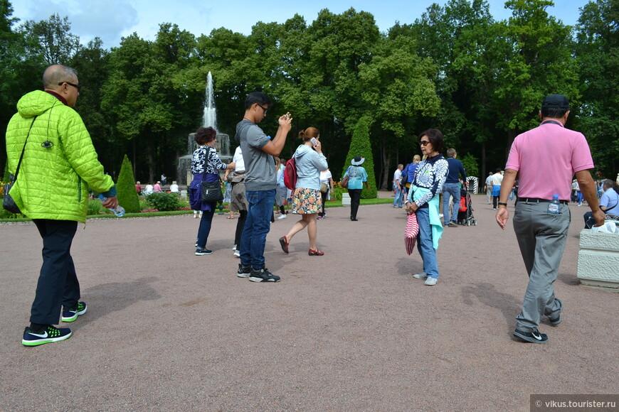 Туристы из многих стран мира пересекаются здесь, вокруг звучат разные языки.