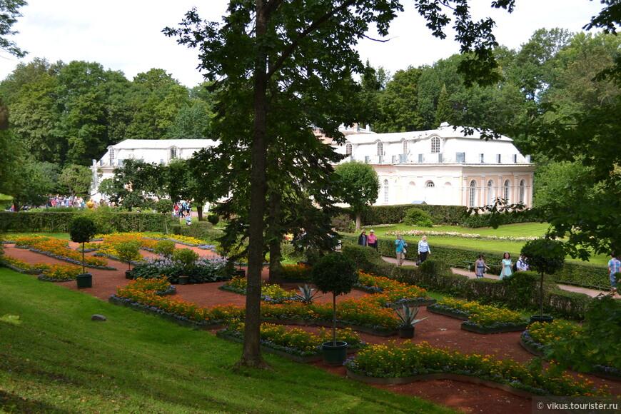 Мы возвращаемся, поднимаясь по лестнице мимо очередного чудесного цветника, фонтана, дворца.