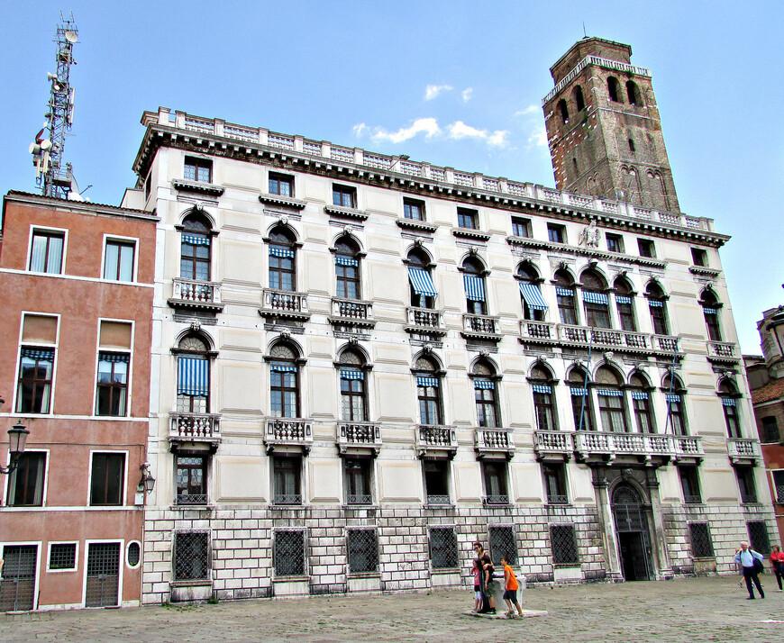 Поселились мы рядом с палаццо Лабия.  - барочным особняком конца XVII века. Сейчас он принадлежит какой-то телерадиокомпании.