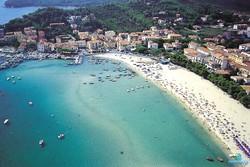 В Италии борются с туристами, заранее занимающими места на пляже